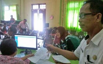 Kabid pemanfaatan informasi administrasi lependudukan (PIAK) Dinas Kependudukan dan Pencatatan Sipil Katingan, Dawit saat berada di ruang pelayanan perekaman KTP-e.