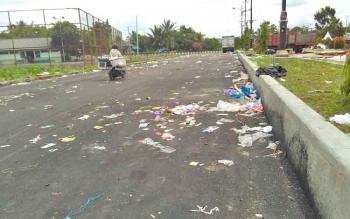 Sisa sampah Pulang Pisau Expo 2017 yang ditinggalkan pedagang dengan kondisi berserakan.