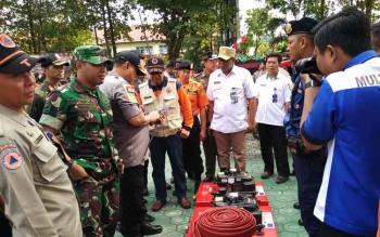 Komandan Kodim 1015 Sampit Letkol Inf I Gede Putra Yasa bersama Kapolres Kotim AKBP Muchtar Supiandi Siregar saat mengecek peralatan pemadam kebakaran, Rabu (23/8/2017).