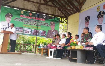 Sekda Gumas Kamiar saat menyampaikan sambutan pada kegiatan pencanangan bhakti sosial TNI KB-Kesehatan di Kelurahan Jakatan Raya, Kecamatan Rungan, Rabu (23/8/2017).