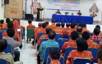 Wakil Bupati Gumas Rony Karlos menyampaikan sambutan pada kegiatan Sosialisasi Dana Desa dan Tim Pengawal Pengan Pemerintah dan Pembangunan (TP4) di GPU Tampung Penyang Kuala Kurun, Kamis (24/8/2017).