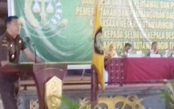 Kepala Kejari Kotim Wahyudi saat memberikan sambutan dalam sosialisasi serentak tentang dana desa.