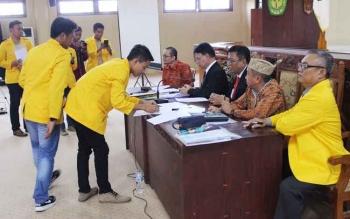 Beberapa pengurus BEM UPR menyodorkan beberapa poin desakan kepada lima kandidat Rektor UPR sembari menempelkan materai atas berkas yang diminta untuk ditandatangani lima kandidat