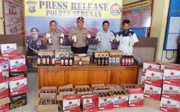 Kapolres Seruyan AKBP Nandang Mukmin Wijaya (dua dari kiri) saat menunjukan barang bukti ratusan botol miras berbagai jenis yang berhasil diamankan
