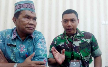 Dandim 1016/Plk Letkol Alfius Navirinda Krisdinanto (kanan) didampingi Kepala Damkar, Anwar Sanusi (kiri) memberikan keterangan kepada wartawan, Kamis (24/8/2017)