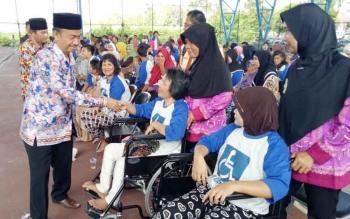 Wakil Bupati Seruyan Yulhaidir ketika menyalami satu persatu penyandang disabilitas yang berada di Kuala Pembuang.