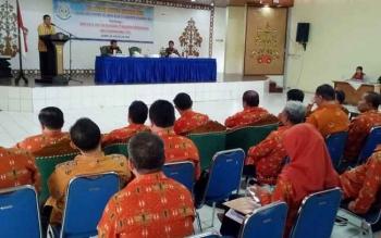 Wakil Bupati Gumas Rony Karlos menyampaikan sambutan saat membuka Sosialisasi Dana Desa dan Tim Pengawal Pengaman Pemerintah dan Pembangunan (TP4) di GPU Tampung Penyang, Kuala Kurun, Kamis (24/8/2017)