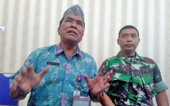 Kepala Damkar Kota Palangka Raya, Anwar Sanusi (kiri) didampingi Dandim 1016/Plk Letkol Alfius Navirinda Krisdinanto memberikan keterangan kepada wartawan, Kamis (24/8/2017).