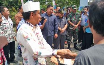 Anggota Komisi IV DPR RI, Hamdhani smenyerahkan secara simbolis hand traktor kepada ketua kelompok tani, Kamis (24/8/2017)