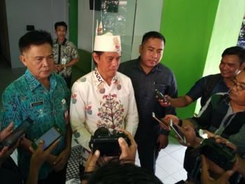 Anggota Komisi IV DPR RI Hamdhani didampingi Kepala Dinas Pertanian Barito Utara Setia Budi dan anggota DPRD Barut Helma Nuari Fernando saat memberikan keterangan pers, Kamis (14/8/2017).