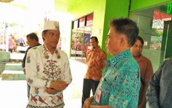 Anggota Komisi IV DPR RI Hamdhani berbincang dengan Kepala Dinas Pertanian Kabupaten Barito Utara Setia Budi, Kamis (24/8/2017).