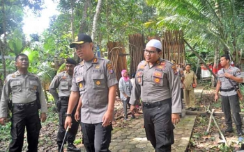 Kapolres Barito Utara AKBP Tato Pamungkas Suyono bersama jajarannya saat mengunjungi RT 8, Kelurahan Jambu, Kecamatan Teweh Baru, Selasa (22/8/2017).
