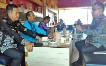 Asisten Administrasi Umum Setda Barito Utara Fauzul Risma bersama Kepala Disdik Masdulhaq, Kepala Perindagsar Hadjran Noor, Kepala BPPD Aswadin Noor dan Kadis PUPR Ferry Kusmiadi saat menghadiri koordinasi peningkatan PAD, khususnya dari sektor galian C d