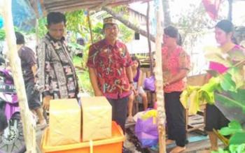 Saat Kepala BPBD Kapuas Panahatan Sinaga Memberikan Bantuan Kepada Korban Kebakaran Di Kelurahan Barimba