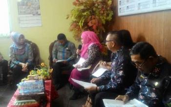 Anggota DPRD Kota Palangka Raya Faridawaty Darland Atjeh (jilbab pink) menjelaskan tujuan kedatangannya bersama rombongan ke Disdukcapil Kota Palangka Raya, Jumat (25/8/2017)