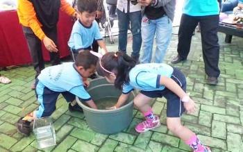 Anak-anak TK saat berlomba menangkap ikan di Rumah Kemasan Jelawat Dinas Perikanan Kotim.