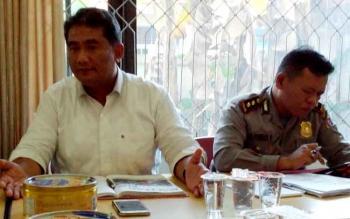 Direktur Reserse Kriminal Umum (Dirreskrimum) Polda Kalteng Ignatius Agung Prasetyoko (kiri) didampingi Kabid Humas, AKBP Pambudi Rahayu menyampaikan kepada wartawan