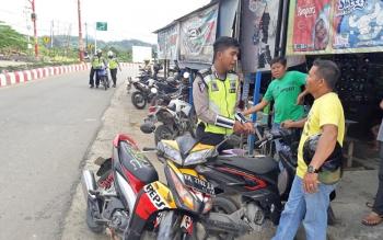 Jajaran Satuan Lalu Lintas Polres Murung Raya menggelar razia kendaraan bermotor di Jalan Ahmad Yani, Kota Puruk Cahu, Jumat (25/8/2017) pagi.