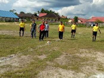 Kepala Disparpora Gumas Suprapto Sungan menendang bola tanda dimulainya kompetisi PSSI Cup 2017 di Lapangan Isen Mulang, Kuala Kurun, Jumat (25/8/2017).