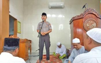 Kapolres Kapuas AKBP Sachroni Anwar SH S IK MH saat menyampaikan pesan-pesan Kamtibmas di Masjid Al-Ihsan.