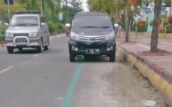 Salah satu kendaraan yang terparkir di jalur sepeda jalan Sutan Syahrir Pangkalan Bun.