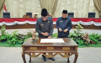 Wakil Bupati Barito Utara Ompie Herby menandatangani nota kesepakatan dan persetujuan mengenai raperda inisatif DPRD bersama Ketua Dewan Set Enus Y Mebas seusai Rapat Paripurna, Jumat (25/8/2017).