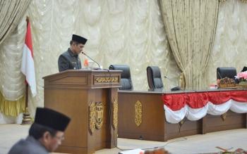 Wakil Bupati Barito Utara Ompie Herby saat menyampaikan pendapat akhir pemkab menganai raperda inisiatif DPRD tentang pengelolaan pasar rakyat, pasar modern, penataan dan pemberdayaan pedagang kaki lima, dalam Rapat Paripurna, Jumat (25/8/2017).