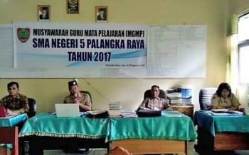 Kepala SMAN 5 Palangka Raya, Arbusin (dua dari kiri) membuka kegiatan MGMP, Jumat (25/8/2017).