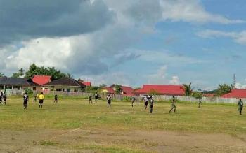 Pertandingan sepak bola pada kompetisi PSSI CUP di lapangan Isen Mulang Kuala Kurun.