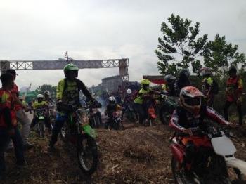 Ratusan crosser beraksi sesaat setelah dilepas Bupati Kotawaringin Barat Nurhidayah dalam gelaran Bhayangkara Trail Adventure Marunting Batu Aji#2, di Pangkalan Bun, Sabtu (26/8/2017).