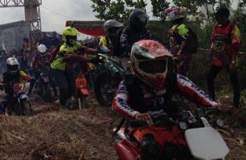 Ratusan crosser beraksi sesaat setelah dilepas Bupati Kotawaringin Barat Nurhidayah dalam gelaran Bhayangkara Trail Adventure Marunting Batu Aji#2 , Sabtu (26/8/2017).