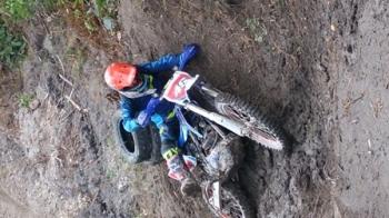 Salah seorang crosser terjerembab saat mencoba melintasi Bukit Sawer, pada gelaran Bhayangkara Trail Adventure Marunting Batu Aji#2, Sabtu (26/8/2017).