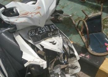 Bagian depan motor Beat yang dikendarai FE bersama anaknya ringsek setelah menabrak truk dari belakang, Jumat (25/8/2017).