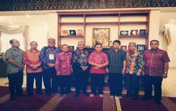 Gubernur Kalteng, Sugianto Sabran foto bersama dengan Bupati Lamandau, Marukan, Sekda Arifin LP Umbing, dan sejumlah panitia Pesparawi di Istana Isen Mulang, Palangka Raya, Sabtu (26/8/2017)