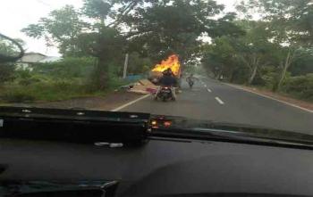 Sebuah bak mobil pikap terbakar di Desa Sei Pasah, Kapuas, Sabtu (26/8/2017)\\r\\n