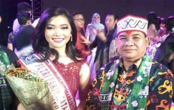 Kepala Dinas Kebudayaan dan Pariwisata Kalimantan Tengah, Guntur Talajan foto dengan Ramadhani Fayaputri