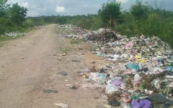 Berbagai macam jenis sampah menumpuk di jalan arah TPA Kasongan Jalan Pendahara Lama, Minggu (27/8/2017).