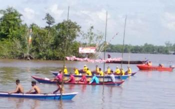 Lomba dayung dalam rangka memperingati HUT RI ke-72 di Desa Kupang, Kecamatan Bataguh, Kabupaten Kapuas diikuti 58 peserta.
