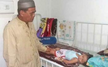 Anggota DPRD Kotim, H Abdul Khalik saat melihat kondisi pasien muntaber di rumah sakit Pratama Parenggean.