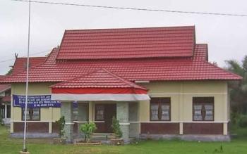 Kantor Kelurahan Kalampangan yang lama ini sekarang sudah beralih fungsi menjadi rumah sakit sehingga pihak Kelurahan harus pindah sementara sembari menunggu kantor yang baru selesai pada Desember 2017 mendatang.