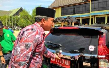 Wali Kota Palangka Raya Riban Satia saat mengecek kendaraan dinas yang baru dibeli, beberapa waktu lalu.