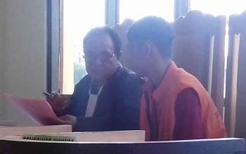 M Yunus didampingi penasihat hukumnya saat jalani sidang.