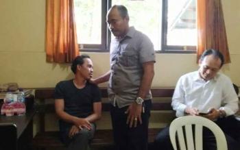 Tersangka saat diamankan di Polsek Ketapang seusai membunuh korban, Senin (28/8/2017)