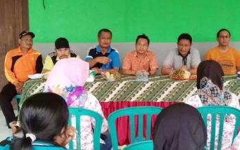 Bupati Pulang Pisau Edy Pratowo (tiga dari kanan) didampingi Kepala DPMD M Syaripur Pasaribu memberikan pembinaan di aula Desa Kanamit Jaya