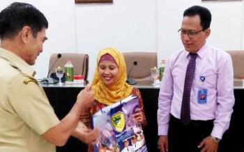 Wakil Bupati Barito Utara Drs Ompie Herby didampingi Sekda H Jainal Abidin menyerahkan cenderamata kepada ketua dan anggota tim Tim Surveior Akreditasi Puskesmas dari Komite Akreditasi Nasional