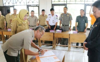 Bupati Pulang Pisau menyaksikan penadatanganan Nota Kesepahaman antara Dinas Pendidikan dan BPBD Kabupaten Pulang Pisau, terkait kerjasama sekolah aman bencana.