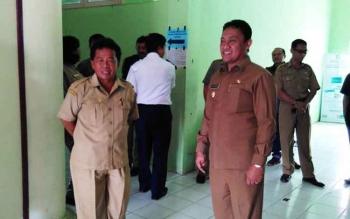 Kepala Dinas Sosial Satria During (kiri) dan Bupati Pulang Pisau Edy Pratowo di Kantor Dinas Sosial Pulang Pisau.