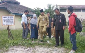 Wali Kota Palangka Raya, HM Riban Satia saat meninjau lokasi kantor KPU Palangka Raya, Senin (28/8/2017)