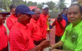 Bupati Kapuas Ben Brahim S Bahat menyerahkan hadiah kepada para pemenang Turnamen Tenis Lapangan Bupati Cup dalam rangka memeriahkan HUT ke-72 kemerdekaan Indonesia, Senin (28/8/2017).