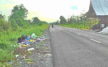 Sampah yang menumpuk di Jalan Yos Sudarso Ujung arah Lingkar Luar. Warga menumpuk sampah pada satu titik ujung jalan bukannya di TPS yang telah disediakan.